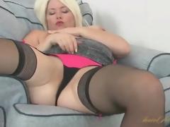 Curvy Amber Jewell masturbates her milf bawdy cleft